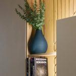 декор ваза на полке